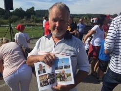 Kungsbackas tidigare kommunalordförande Roger Larsson var med på invigningen av Marios Gata. Han håller min bok där fotot från invigningen är med.