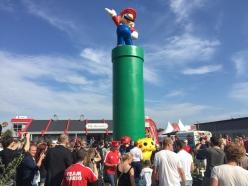 Folk flockas kring den nya Mario-statyn.