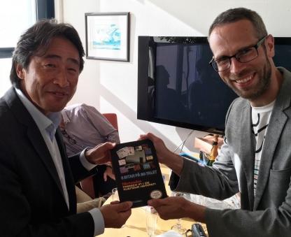 Överlämnar här en bok till Nintendos europeiska chef Satoru Shibata.