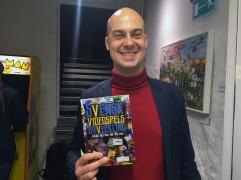 Per Strömbäck är talesperson för Dataspelsbranschen och har ett förflutet som både förläggare och utvecklare av spel. Han har skrivit bokens förord.