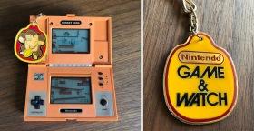 Nyckelringens olika sidor med Donkey Kong på ena och logotyper på andra.