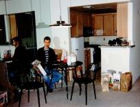 Jens Schmidt äter frukost i lägenheten.
