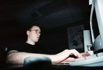 Mikko Tähtinen gör grafik på kontoret.